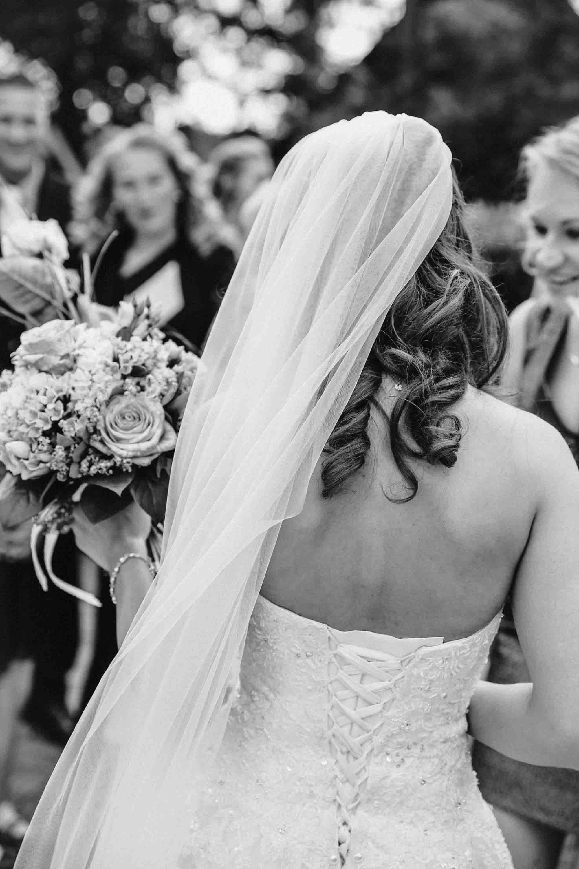 Hochzeitsfotograf Hamburg Braut von hinten welche ein weißes Hochzeitskleid trägt