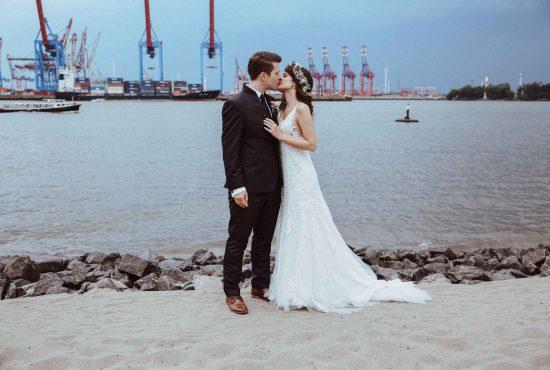 Braut ist von hinten zu sehen mit einem weißen Kleid, aufgenommen von Hochzeitsfotograf Hamburg Maleen