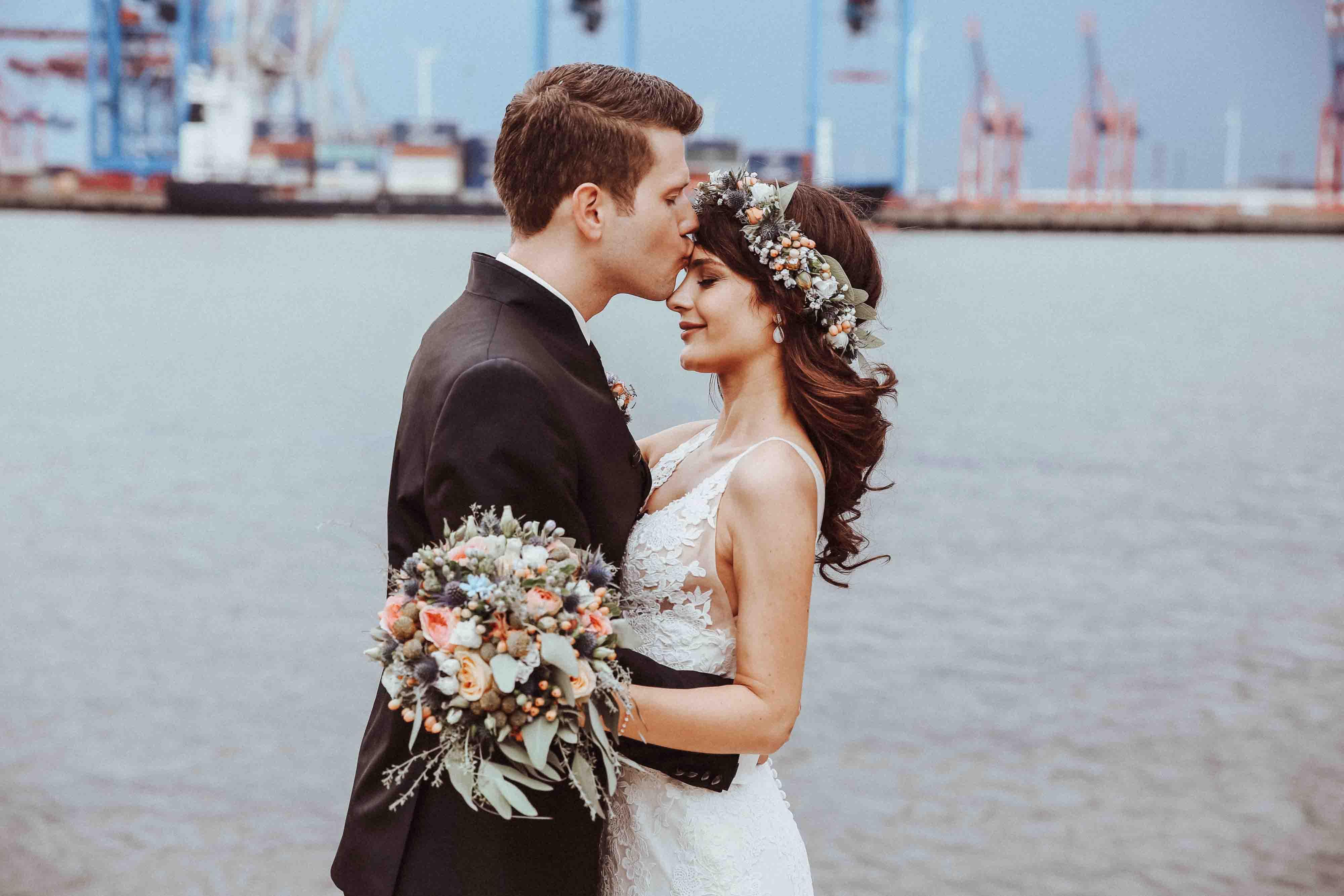 Hochzeitsfotos Hamburg mit Hamburger Hafen im Hintergrund, der Stil der Fotos ist natürlich