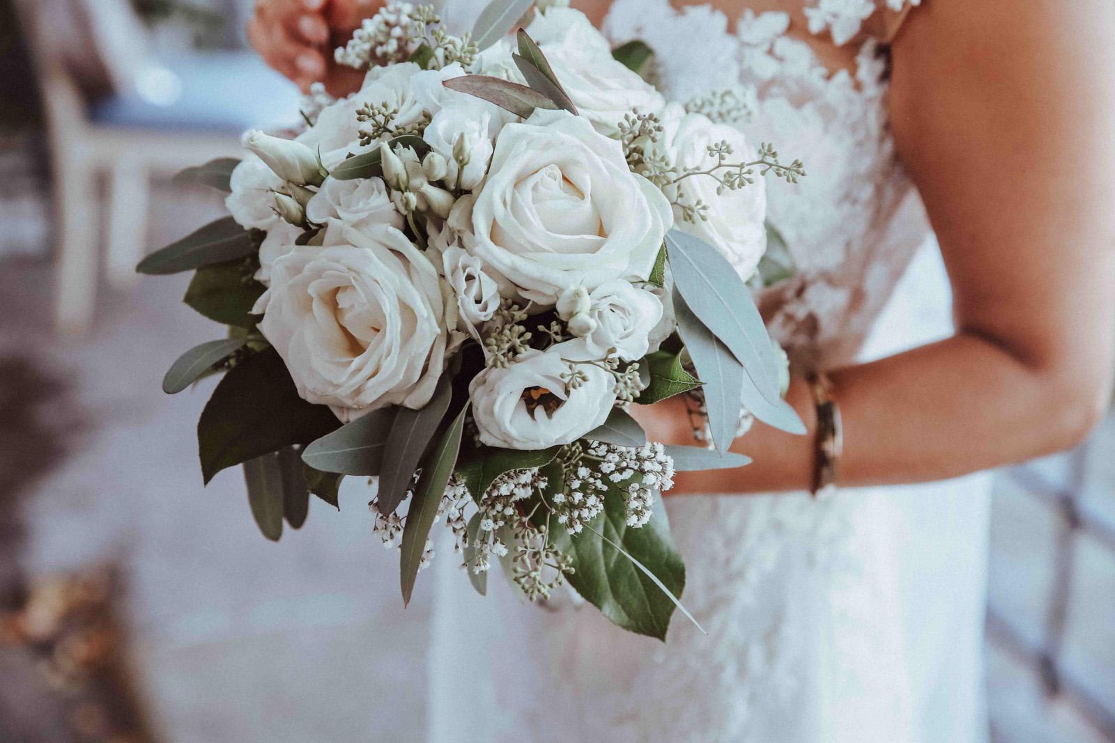 Der weiße Hochzeitsstrauß